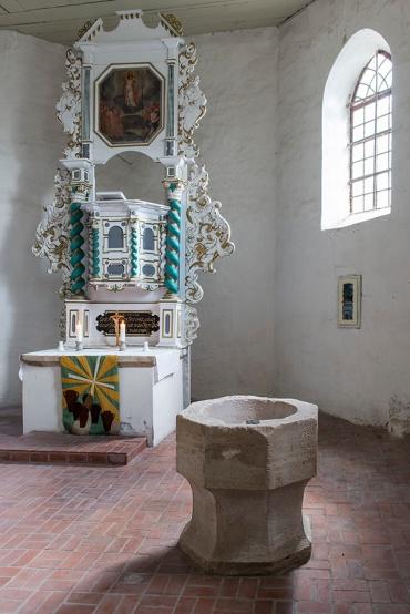 Wormsleben, Altar+Taufbecken; Foto: K. Hoerenz