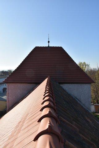 Blick auf den Dachgiebel. Die Südseite (links) hat eine neue Dachhaut. Die Nordseite (rechts) ist noch im alten Zustand. Foto: Architekturbüro Bögemann